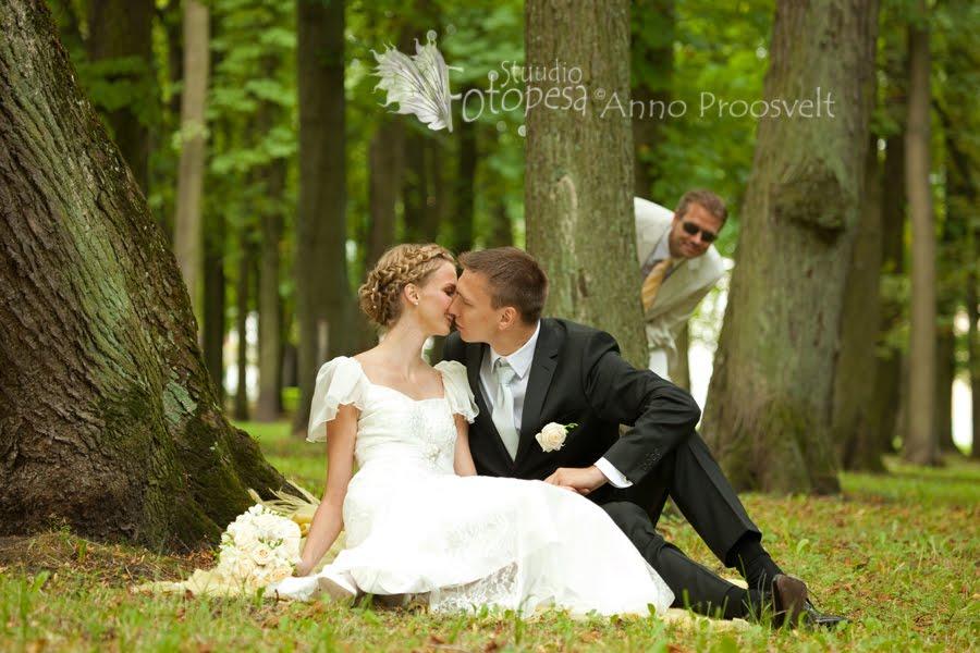 pulmafoto, pruutpaari sõber piilub