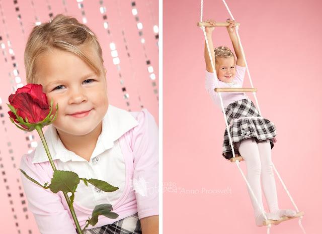 tüdruk roosi ja redeliga fotostuudios