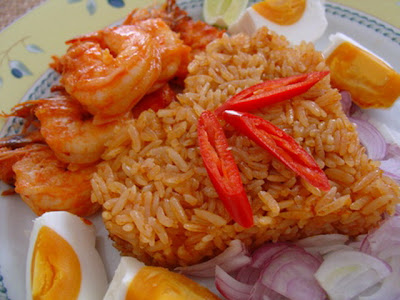 Prawn fried rice mixed with chu-chi curry paste