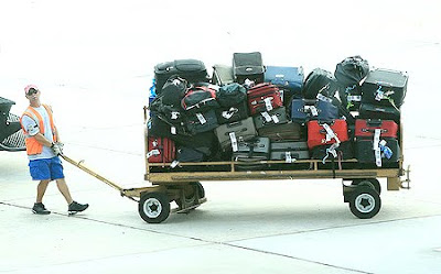 Iberia quiere cobrar las maletas