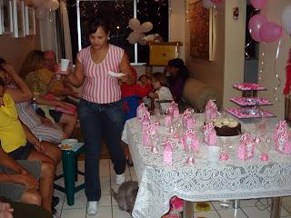 Renata Góes serve convidados do aniversário da Gata Lili