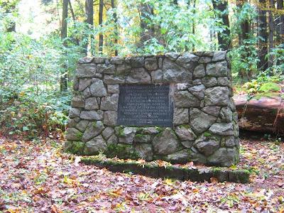 Ploča na partizanskom spomeniku