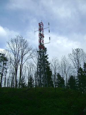Antenski stup u krugu radarske postaje