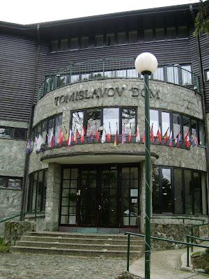 Glavni ulaz u Tomislavac sa zastavicama