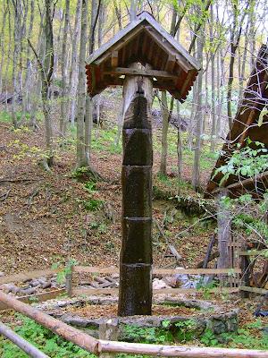 Drveni stup iz kojega teče voda