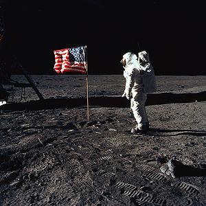 Buzz Aldrin saludando a la bandera de Estados Unidos