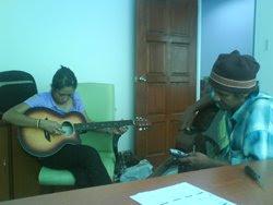 Belajar Main Guitar