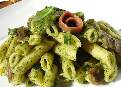 macarrones con pesto y anchoas
