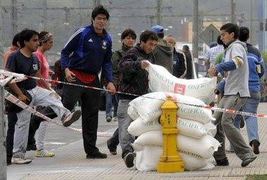 entre los escombros de un edificio que colapsó en Concepción, Chile, tras el sismo que azotó al país el 27 de febrero y dejó al menos 708 muertos.