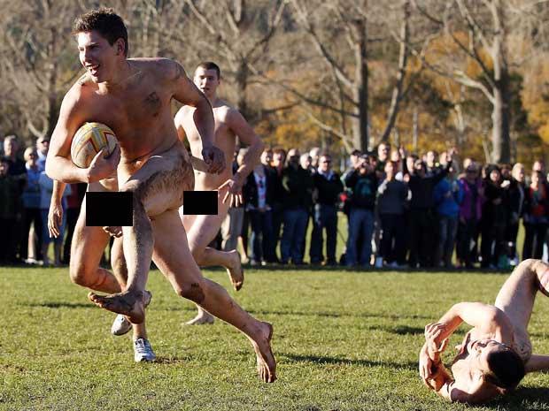 Multidão acompanha jogo em Parque de Dunedin (Foto: Barcroft/Getty