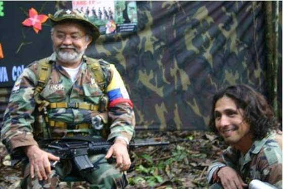 Raúl Reyes junto al chileno Manuel Olate