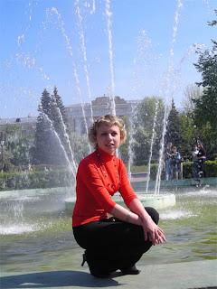 Надя у фонтана