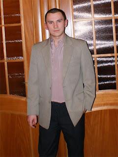 Вадим на фоне дверей