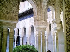 Arcada en un patio de La Alhambra