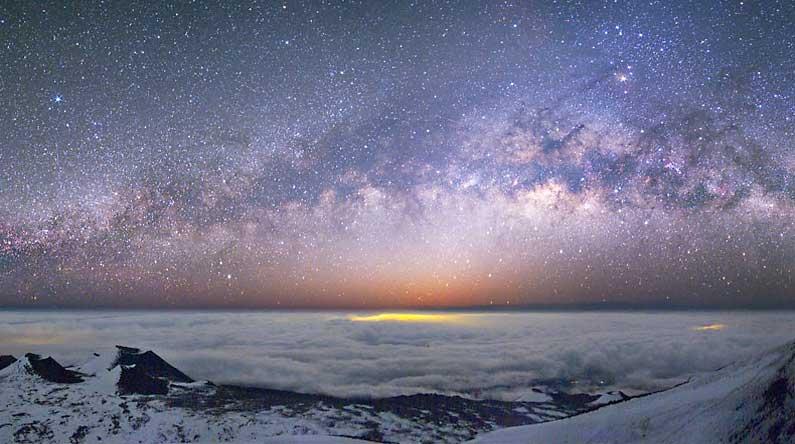 La Vía Láctea desde el Mauna Kea. Haga click en la imagen para ver la panorámica completa publicada en la página web de la NASA por un fotógrafo aficionado canadiense.