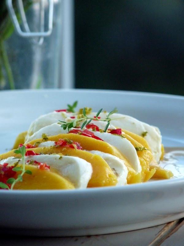 W Lazurowej Kuchni Egzotyczna Sałatka Z Mango I Mozarellą