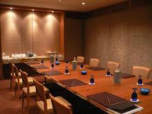 meeting room yang mewah dengan wallpaper