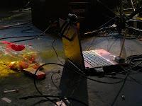 15 散らばったポイフルとライブの様子を中継しているノートPC。今回のライブの象徴的2点。