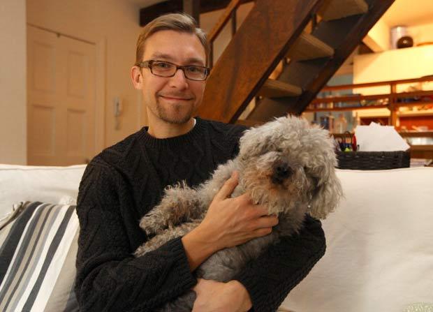 Cão 'Tio Chi Chi' com seu dono, o produtor de cinema Frank Pavich.