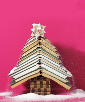 Árbol de Navidad con algunos libros y un poco de nieve