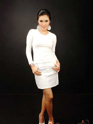 Gambar Hot Sandra Dewi in White celebrity fashion style picture