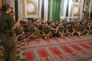 أولاد وبنات فى جيش الإحتلال الإسرائيلى بأحذيتهم فى الحرم الإبراهيمى