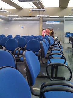 Sala de espera com poltronas, totalmente vazia.