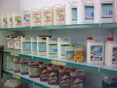 Exposición de productos de limpieza