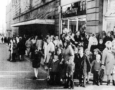 RETRO DUNDEE: GAUMONT QUEUE - 1973