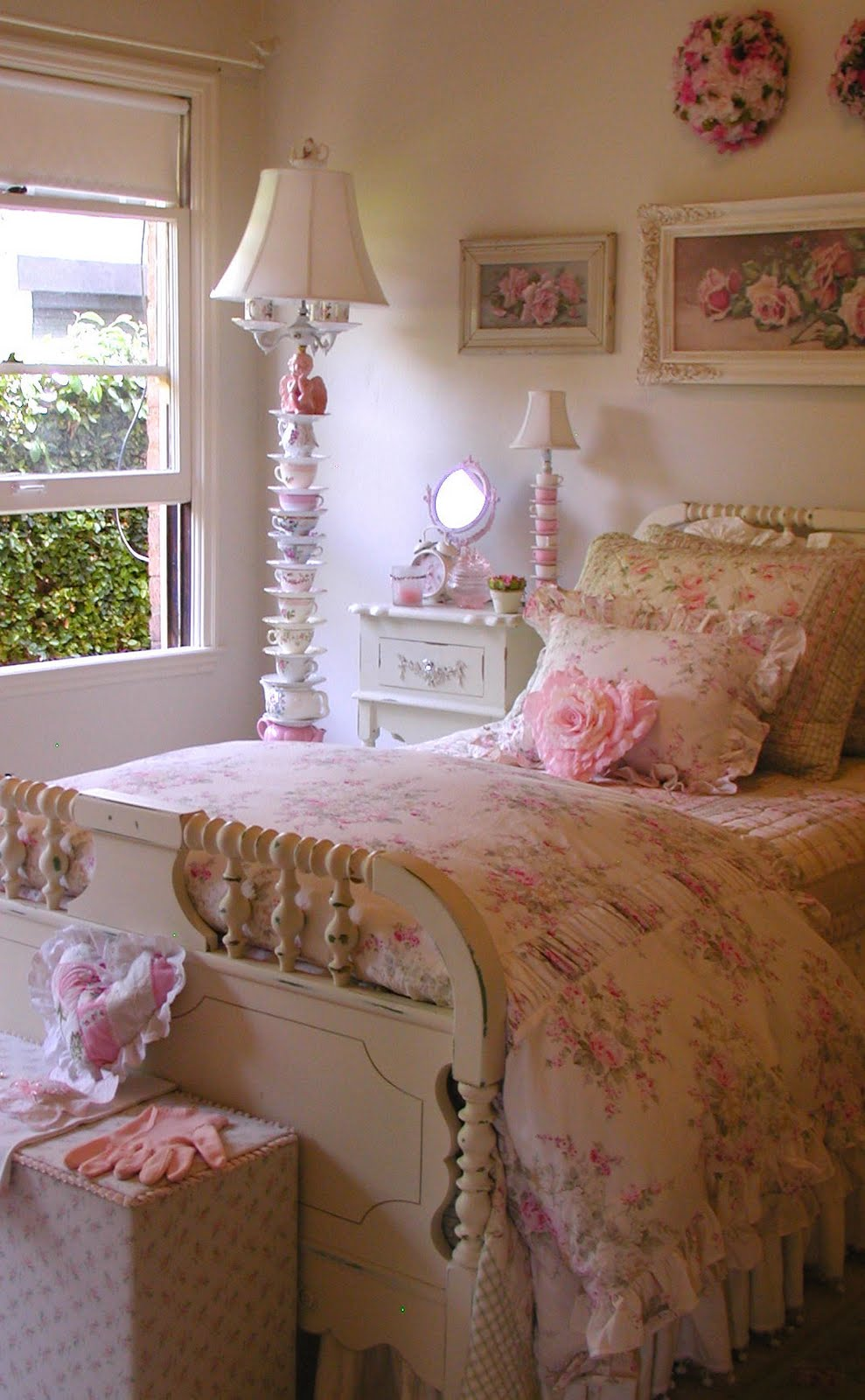 Chateau de fleurs english cottage romance for Country cottage bedroom