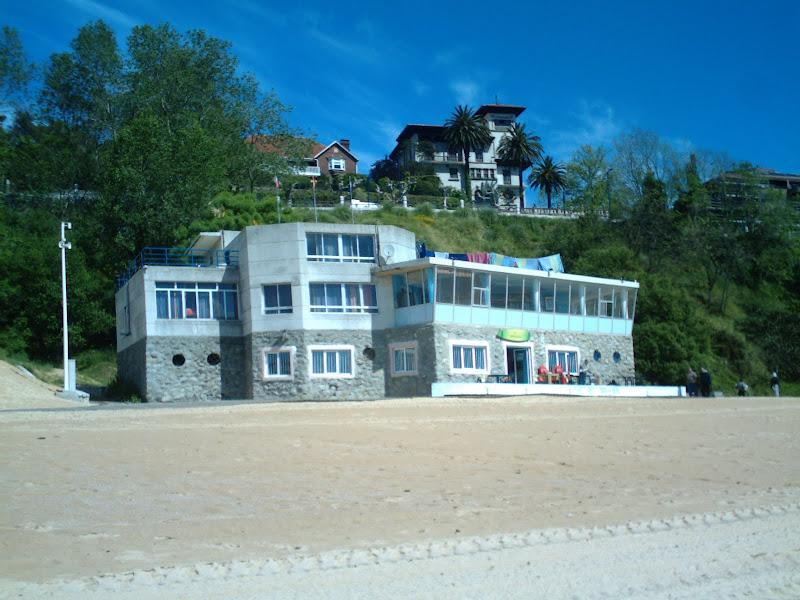 Escuela de surf y bar en la Playa de la Magdalena