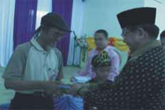 Wk.Bupati Balangan menyerahkan kenang2an pada peserta  Aruh Sastra V Balangan ,2009