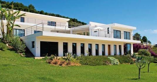 Fachada moderna y minimalista de una casa en espa a dise o for Casa moderna espana