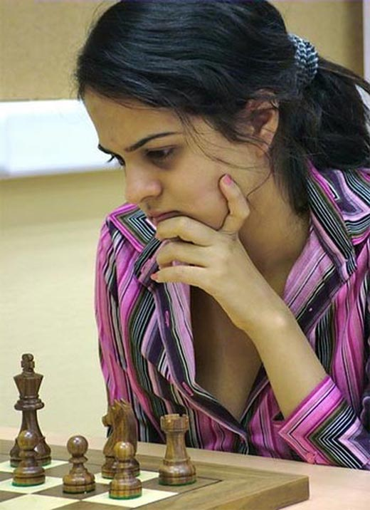 CUTE SEXY GIRLS IN COMMON WEALTH GAMES PLAYING CHESS, CHESS SEXY INDIAN ...