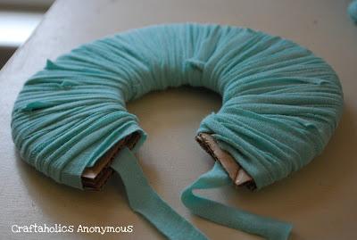 Даже надоевшая футболка может стать отличным материалом для творчества.  Как сделать шарики-помпоны из трикотажных...