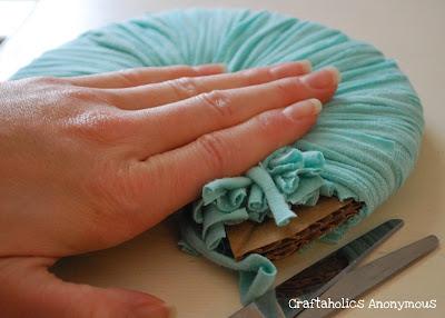 Как сделать шарики-помпоны из трикотажных вещей.  Например, из нее можно сделать шарик-помпон. татник или сообщество!