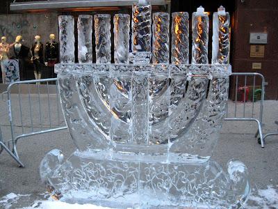 una Menorah di ghiaccio dans immagini sacre hanukkah_menorah_3