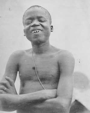 Ota Benga: Los evolucionistas enjaularon a un ser humano como si fuera un mono,¡VERGUENZA! Ota+benga+1