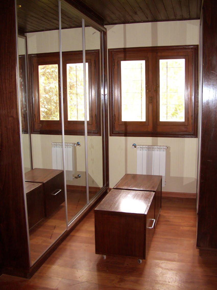 madera lustrada con puertas espejadas corredizas en el sector de