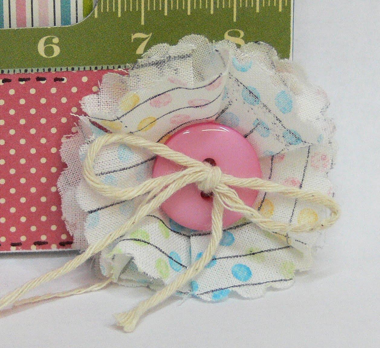 Для повязочек и шапочек выше можно использовать вот такие простые цветы с пуговкой.