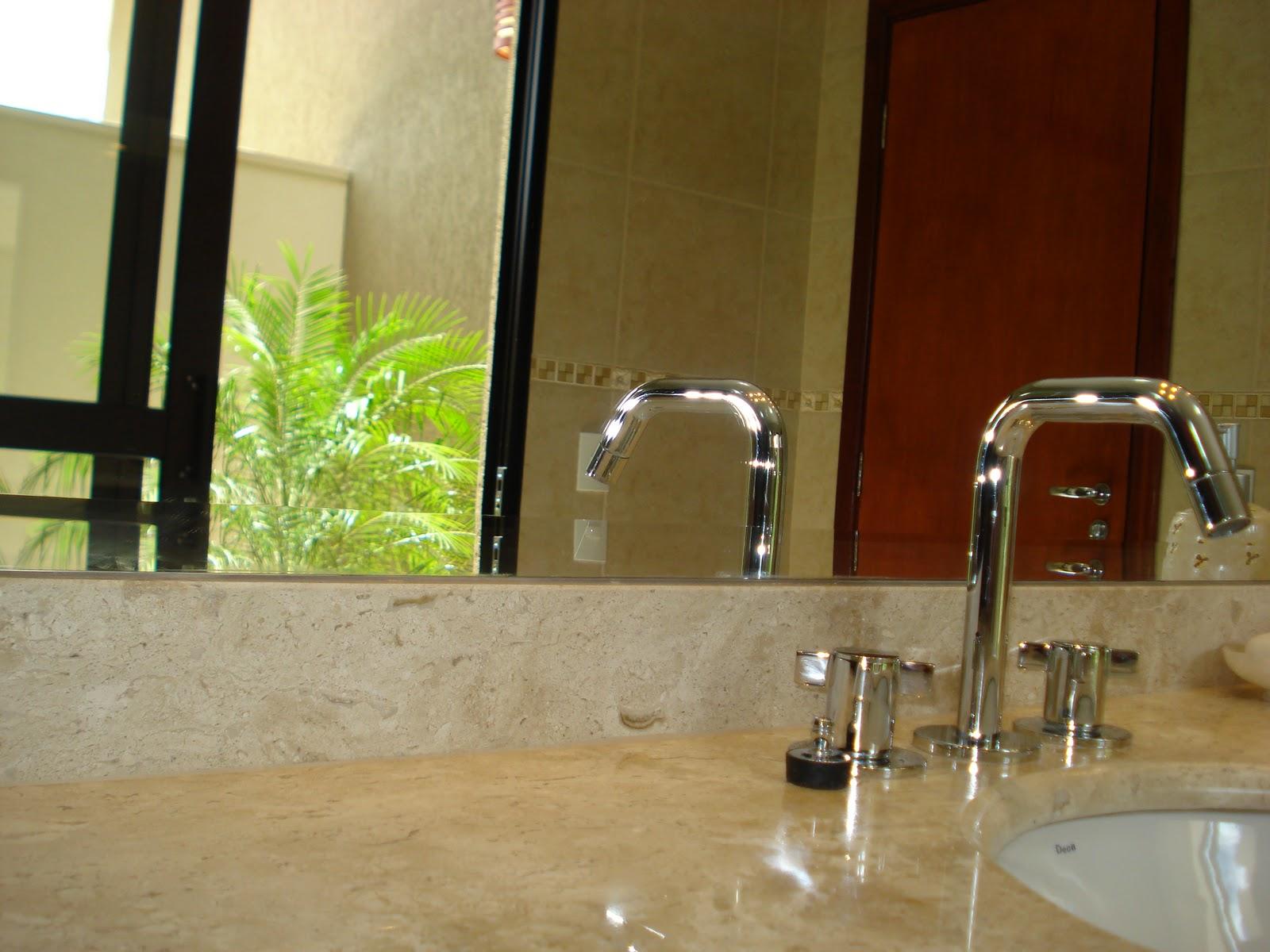 Do espelho também é possível ver o jardim de inverno. #31190A 1600x1200 Banheiro Com Jardim Pequeno