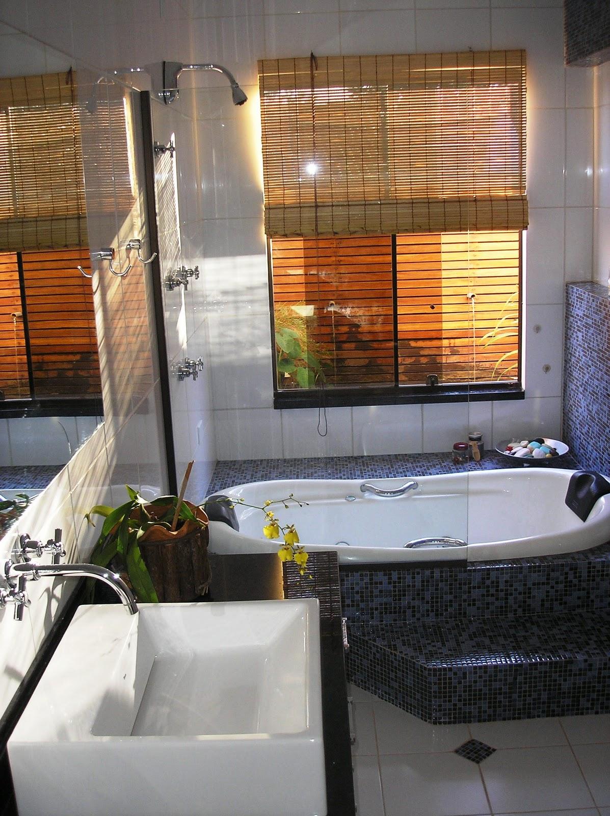 Este banheiro possui um jardim de inverno com espelho d'água e  #A26029 1197x1600 Banheiro Com Jardim Embaixo Da Pia