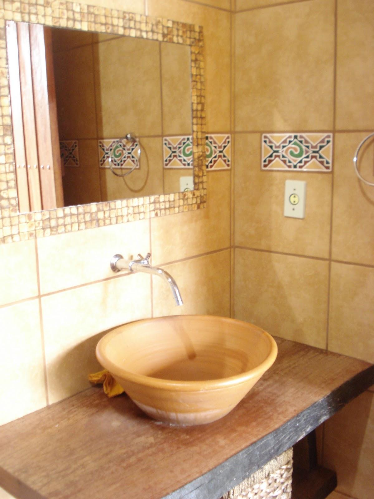 Nos banheiros eles utilizaram vasos cerâmicos como cubas sobre  #AA8021 1200x1600 Balcao Banheiro Rustico