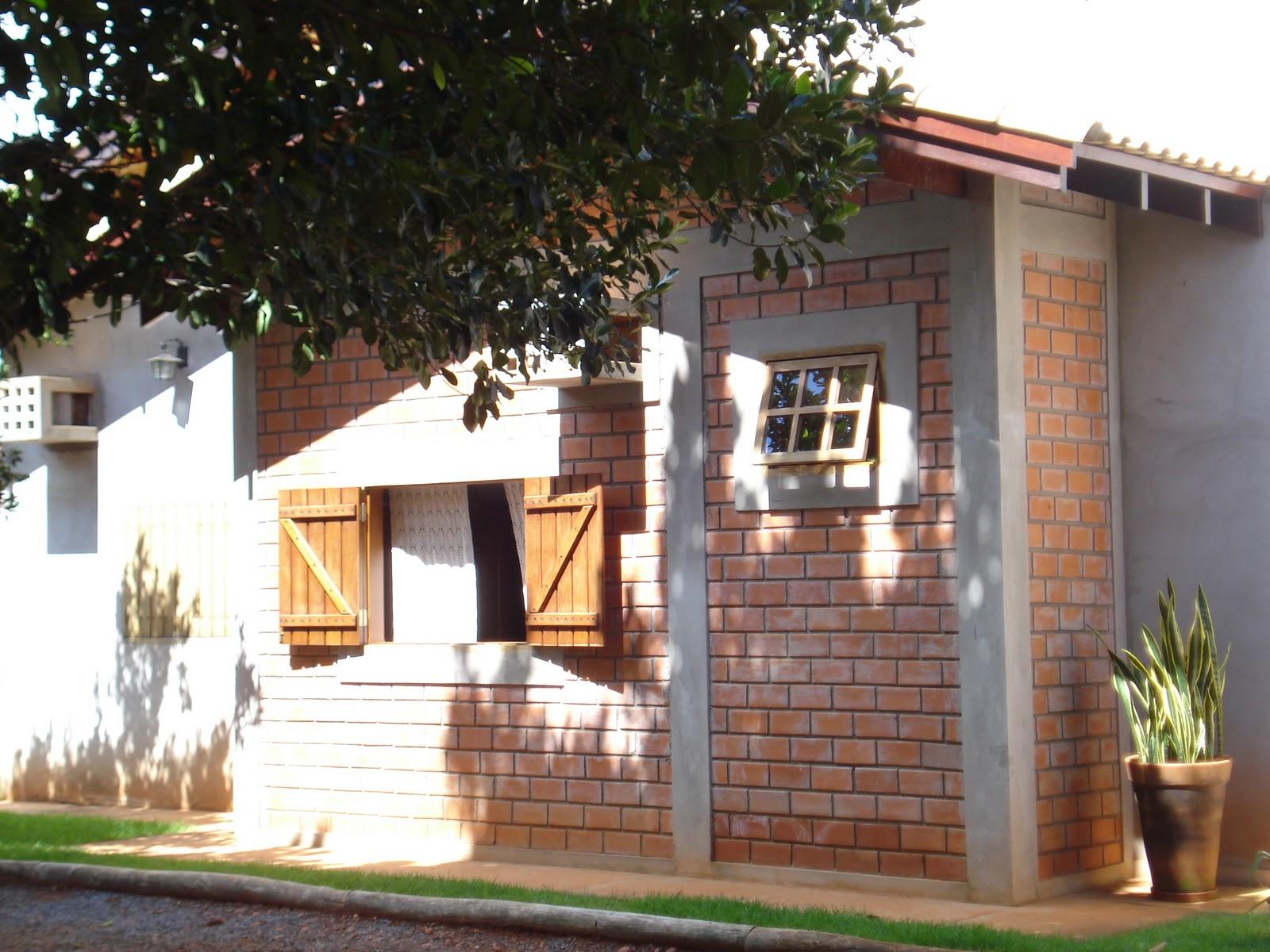 #A1702A  como o pergolado de eucalipto tratado localizado na entrada da casa 282 Janelas De Vidro Rusticas