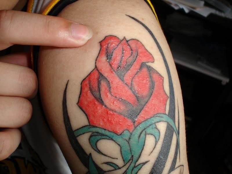 tatuaje rosa. Tatuaje de un tribal, ubicado en el hombro, donde tiene la particularidad de