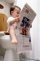 Niño cagando y leyendo el periódico