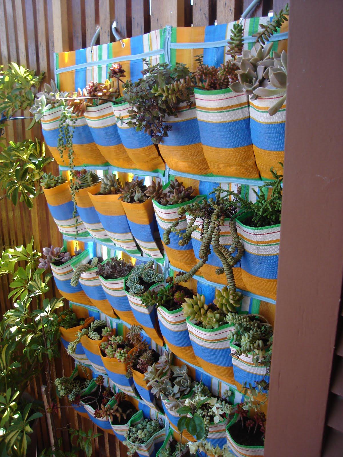 jardim vertical de garrafa pet passo a passo:ma escada de madeira velha ou bambu, barbantes e latas de todas as