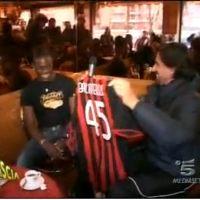Mario Balotelli Kenakan Jersey ac milan