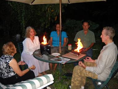 Con los amigos que llegan nos disponemos hacer la Terapia Homa.