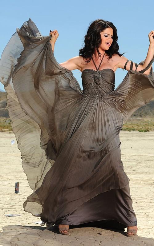 """Selena Gomez subastará su vestido de """"A year without rain"""""""